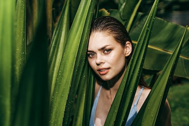 야자수의 녹색 잎, 아름다운 얼굴의 공간에 안경에 여자 초상