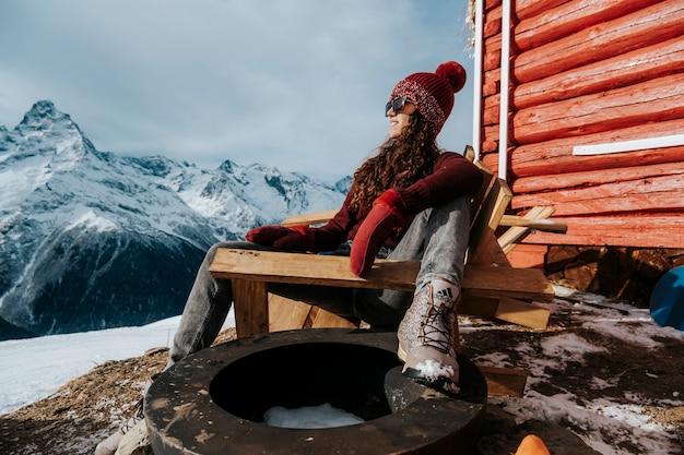 산에서 겨울에 맑은 날씨에 여자 초상화. 따뜻한 옷 클로즈업 사진에 소녀입니다.
