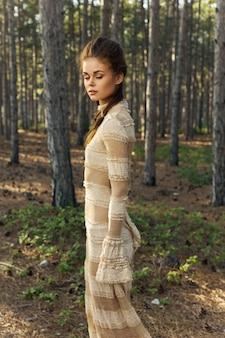 Женский портрет в лесу на свежем воздухе платье деревья.