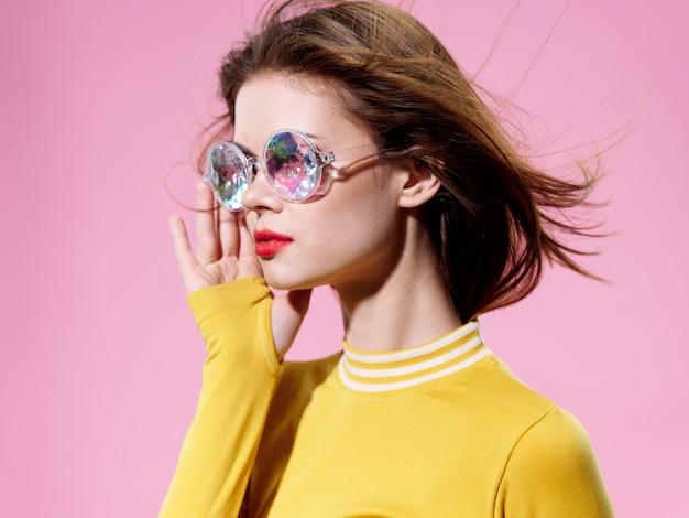 珍しい光沢のあるメガネ、驚きと幸福の感情の女性の肖像画
