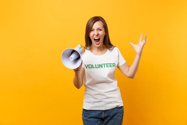 Женский портрет в белой футболке, написанный надписью зеленый заголовок волонтерского крика в громкоговорителе публичного адреса, изолированном на желтом фоне. добровольная бесплатная помощь, концепция работы благотворительной благодати.