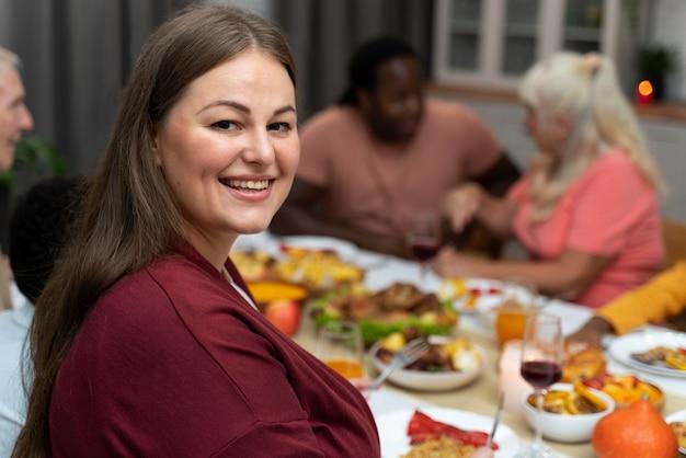 Женский портрет рядом с семьей в день благодарения