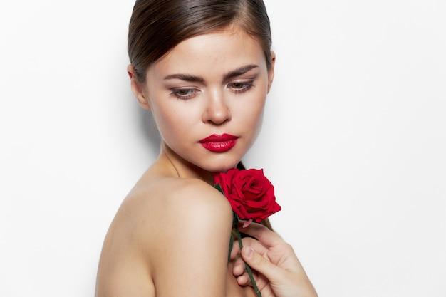 女性の肖像画裸の肩バラの花の魅力は赤い唇を見下ろします