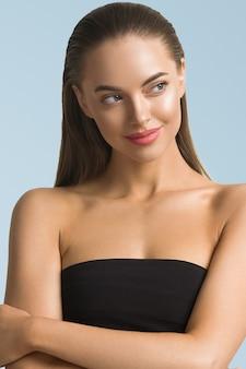 여자 초상화 피부 관리 긴 아름다움 갈색 머리 머리 얼굴 파란색 배경