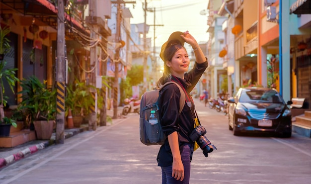 女性の肖像画、写真のようなタイの女性観光客、旅行が大好き、休日の旅行で旅行タイ南部、アジアのヤラー県で日の出と朝の霧を見てください。