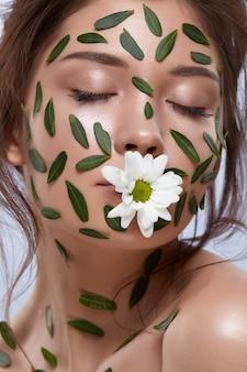 녹색 잎과 입에 카밀레 여자 초상화
