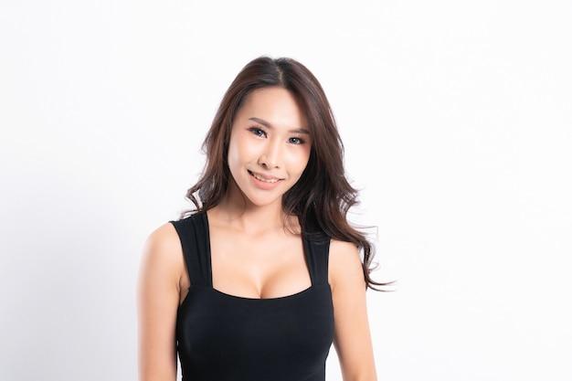 完璧な肌と白い背景の上のプロファイルで黒いシャツを着ている女性の肖像画。