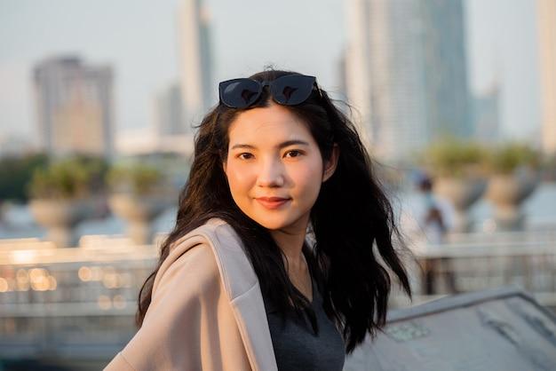 저녁에 쇼핑 여자 초상화 젊은 태국 여성