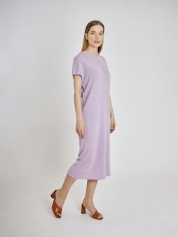 夏服の新しいコレクションでポーズをとる女性