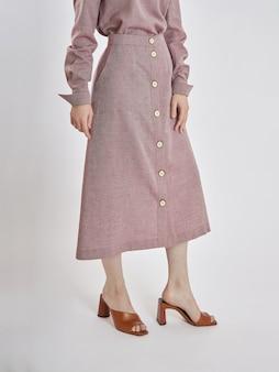 Женщина позирует в розовом платье