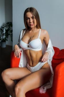 Женщина позирует и носит роскошное нижнее белье