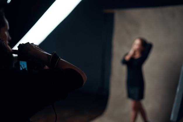 사진 작가 스튜디오 전문가를 위해 포즈를 취하는 여자