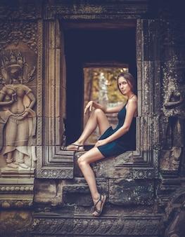 Женщина позирует в ангкор-ват