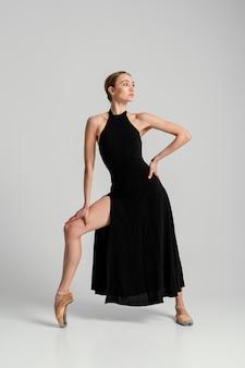 Женщина позирует в полном платье