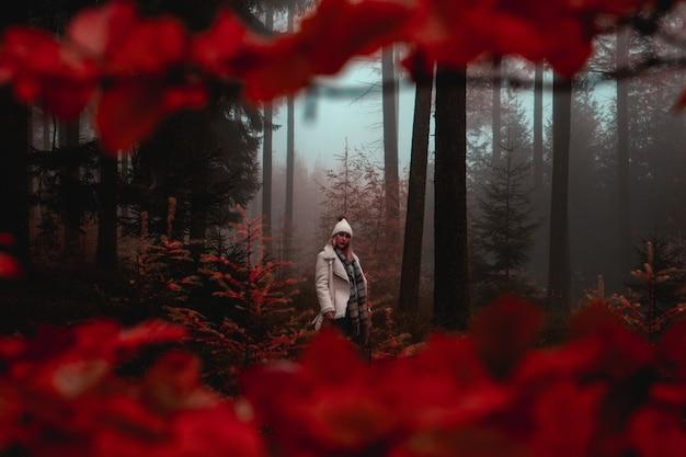 秋の森でポーズをとる女性