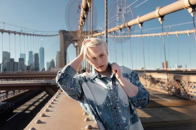 뉴욕 중간 샷 포즈를 취하는 여자