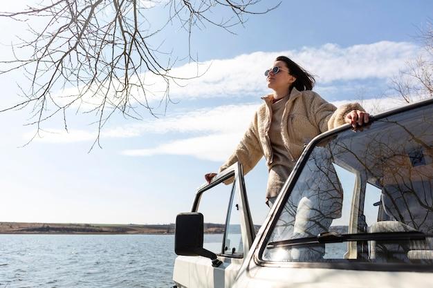 Женщина позирует в фургоне среднего кадра