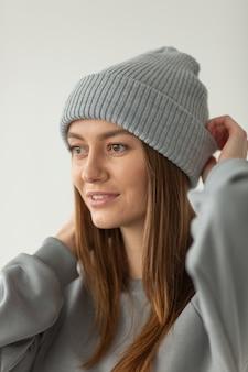 孤立した冬の帽子でポーズをとる女性