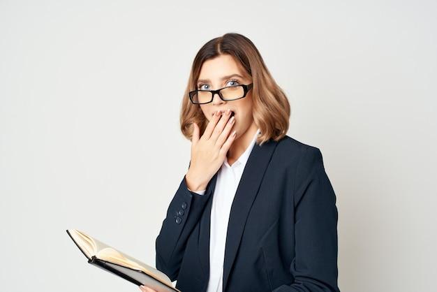 사무실 작업 빛 배경 감정 포즈를 취하는 여자
