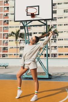 홍콩 시티에서 농구 코트에 포즈를 취하는 여자