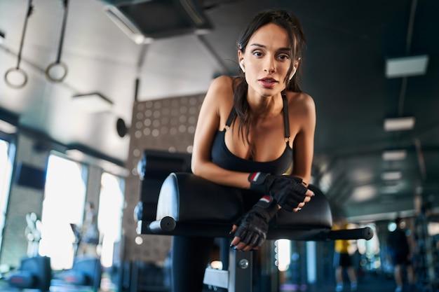 체육관에서 포즈를 취하는 여자.
