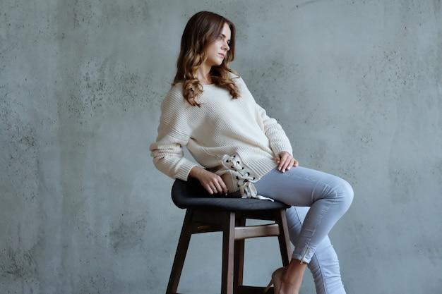 女性が椅子に座ってポーズ