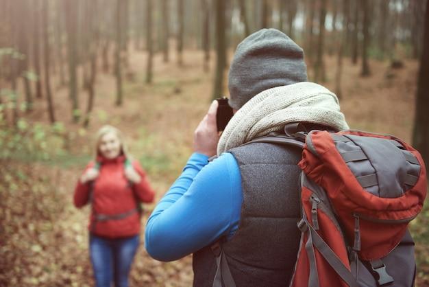 カメラにポーズをとる女性
