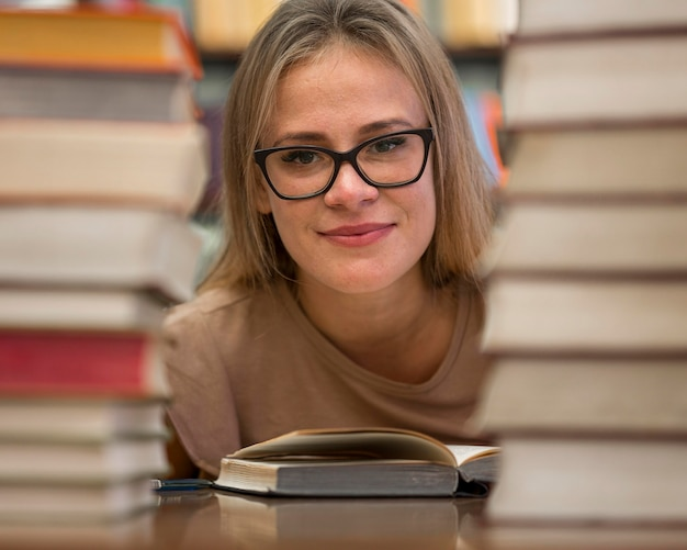 女性が本でポーズ