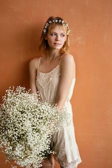 Donna in posa con bouquet di splendidi fiori
