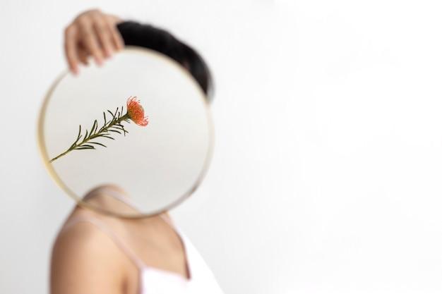 Женщина позирует с зеркалом