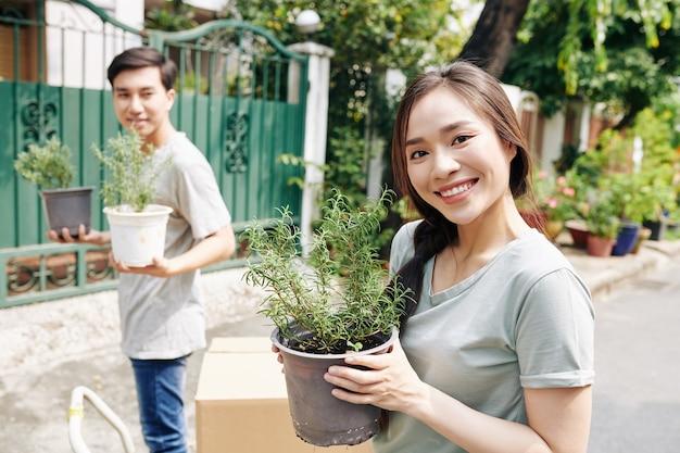 鉢植えの花でポーズ女性