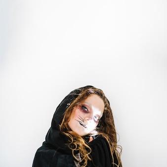 ウサギの顔のペイントをしている女性