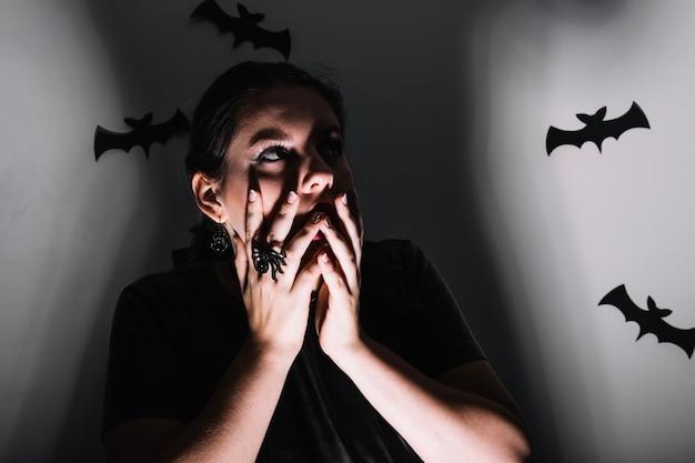 Женщина позирует с страшными летучими мышами