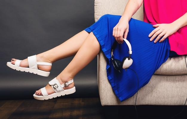 Женщина позирует со стильной обувью летней моды и сумкой