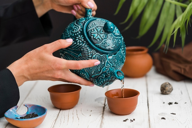 茶碗にお茶を注ぐ女性