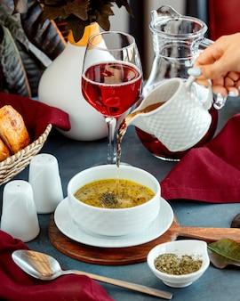 Aceto di versamento della donna nella minestra di gnocco della ciotola di dushbara
