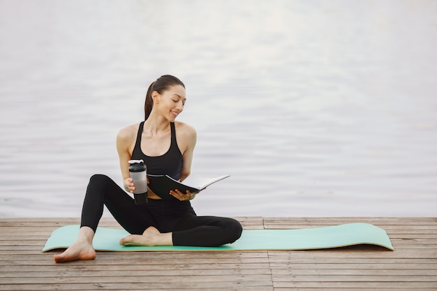 水で高度なヨガの練習の女性