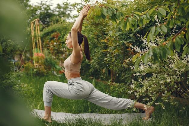 Женщина практикует передовые йоги в парке