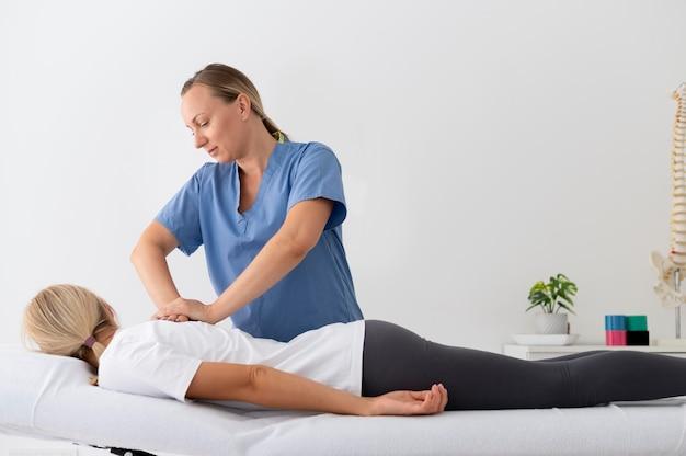 理学療法セッションで運動を練習している女性