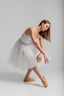 バレエのフルショットを練習している女性