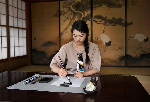 日本語の手書きを練習している女性