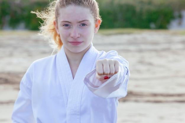 Женщина практикует боевые искусства и расширение возможностей феминизма