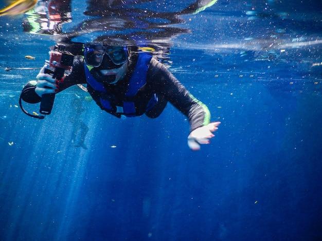 푸른 바다에서 skorkel를 연습하는 여자