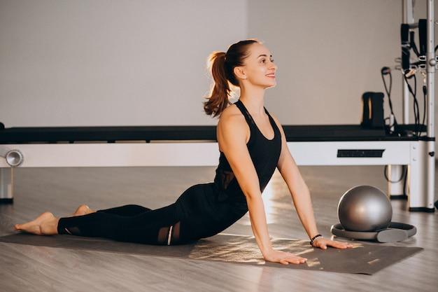 Женщина, практикующая йогу и пилатес