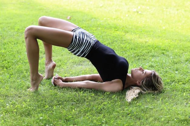 屋外でヨガの練習の女性