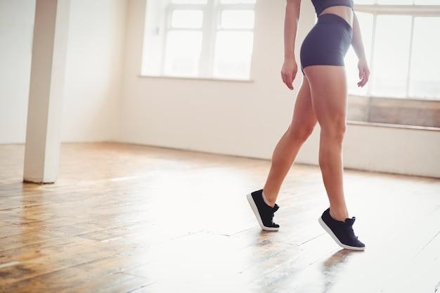 ヒップホップダンスの練習の女性