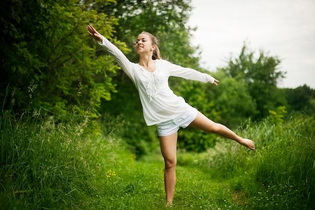 自然の中でヨガを練習している女性