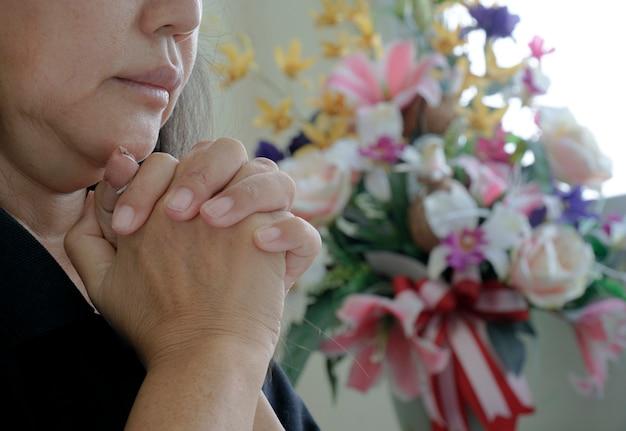 女性は、より良い生活を送りたいという神の祝福を祈ります。