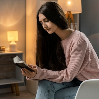 성경을 읽는 동안기도하는 여자