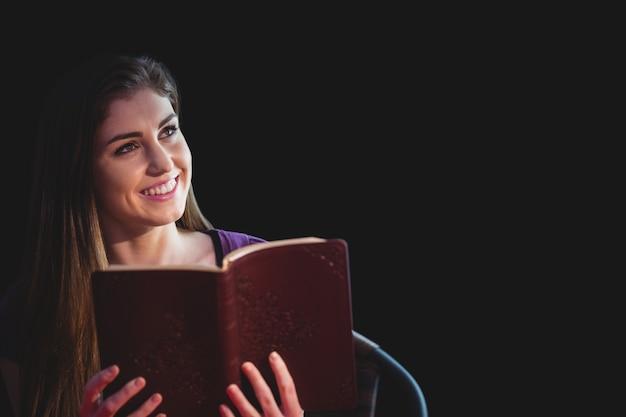 Женщина молится со своей библией